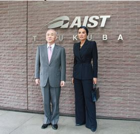 Dr. Ryoji Chubachi (AIST) and Her Highness Sheikha Moza bint Nasser Photo