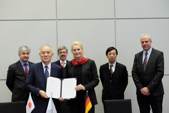 Photo: MOU with DLR