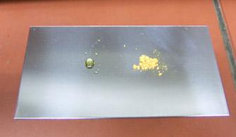 透明化した接着剤(左:今回のアントラセン系、右:これまでのアゾベンゼン系)の写真